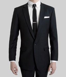 Костюм с тонкими лацканами и тонким галстуком
