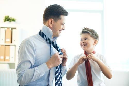Отец и сын завязывают галстук