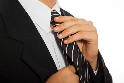 Поправьте узел галстука