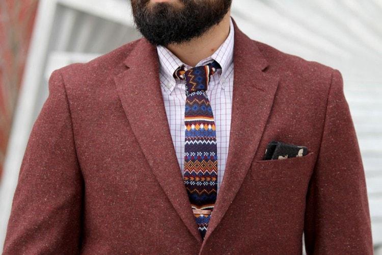 Бордовый пиджак в сочетании с клетчатой рубашкой и галстуком разных принтов