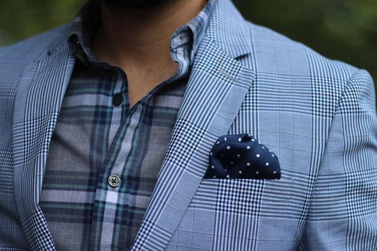 Пиджак и рубашка в клетку в сочетании с нагрудным платков в горошек