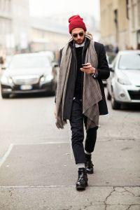 Мужчина с шарфом, завязанный драпировкой