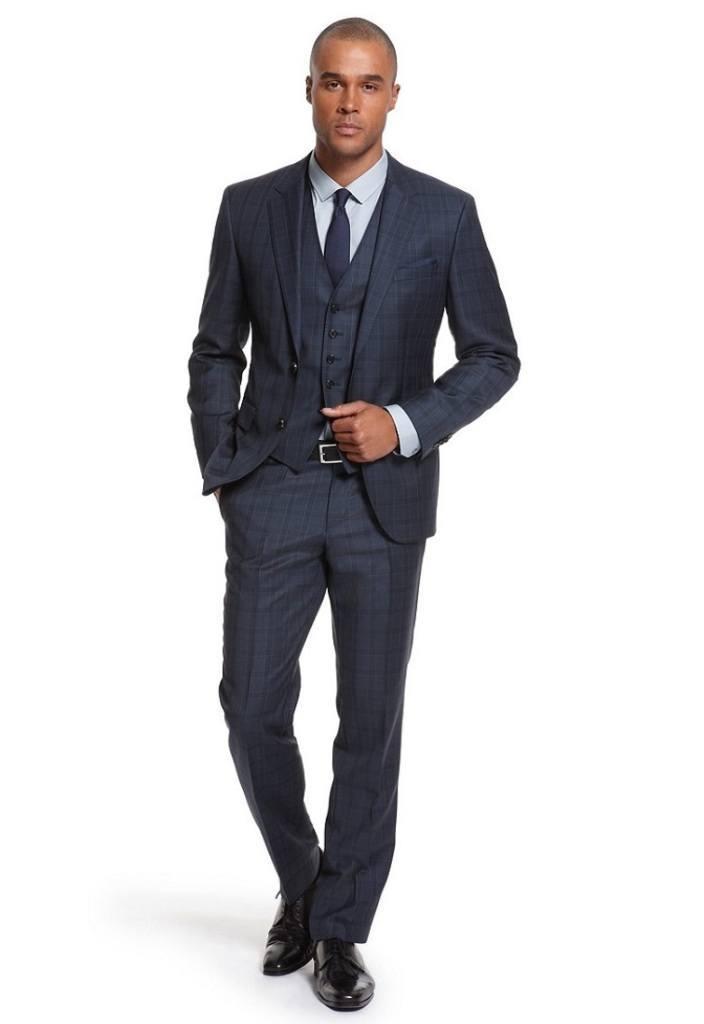 Мужчина в классических чёрных туфлях