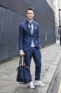 Casual костюм с серыми кроссовками
