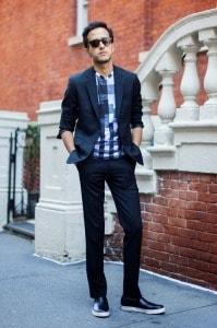Классический костюм с черными кроссовками