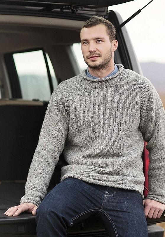 Серый свитер с вывернутым воротником
