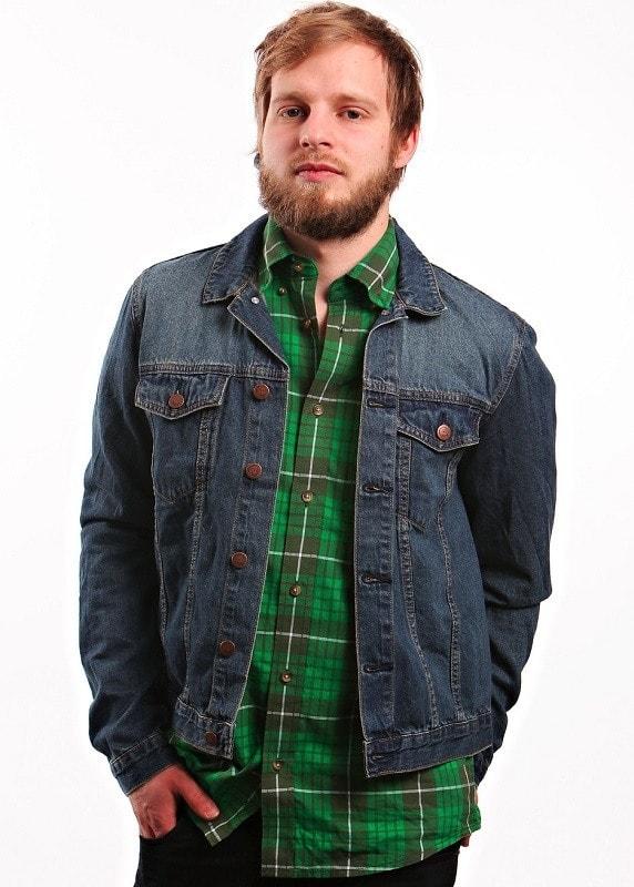 Темная джинсовая куртка