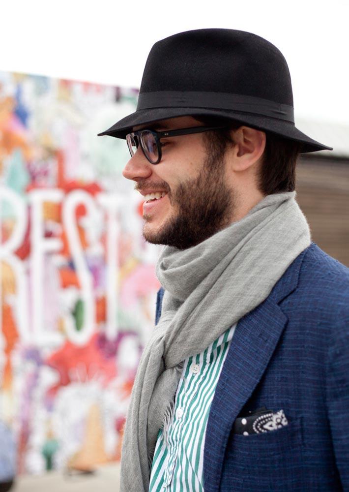 Мужчина в фетровой шляпе черного цвета