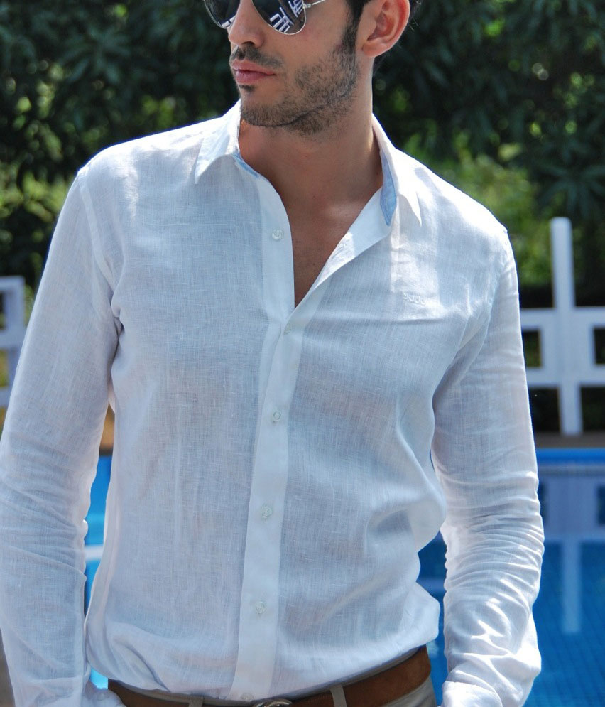 Мужчина в легкой дышашей летней рубашке