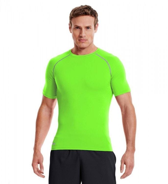 Мужчина в спортивной футболке из полиэстра