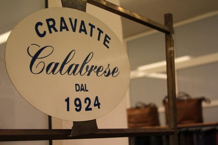 Табличка на входе в мастерскую Calabrese