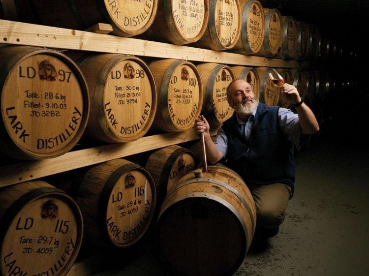 Бочки с виски на складе