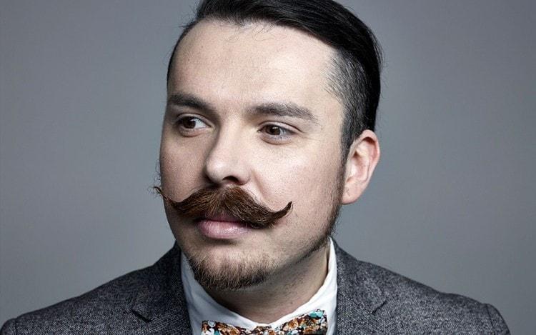 Мужчина со стильными усами