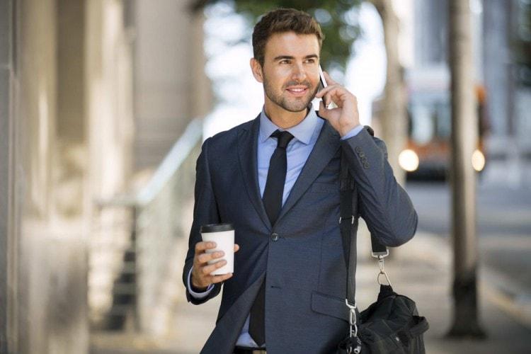 Отличный классический костюм - главная деталь офисного сотрудника крупной фирмы