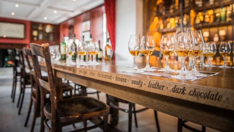 Стаканы для виски наполненные напитком