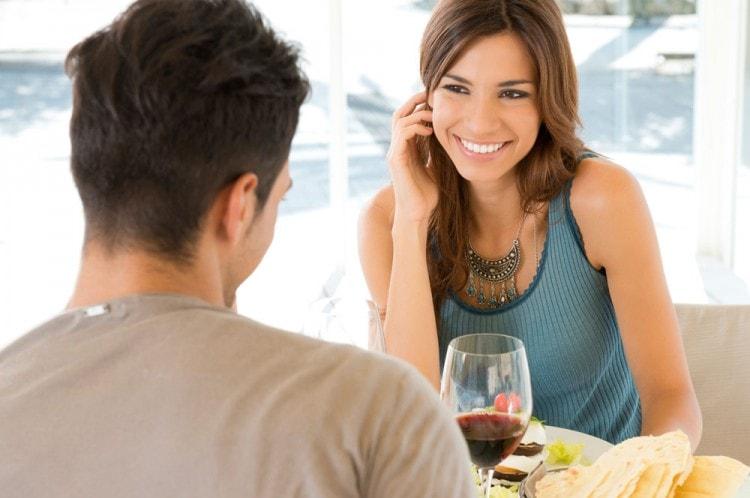 Демонстрация девушкой запястья - знак заинтересованности в партнере