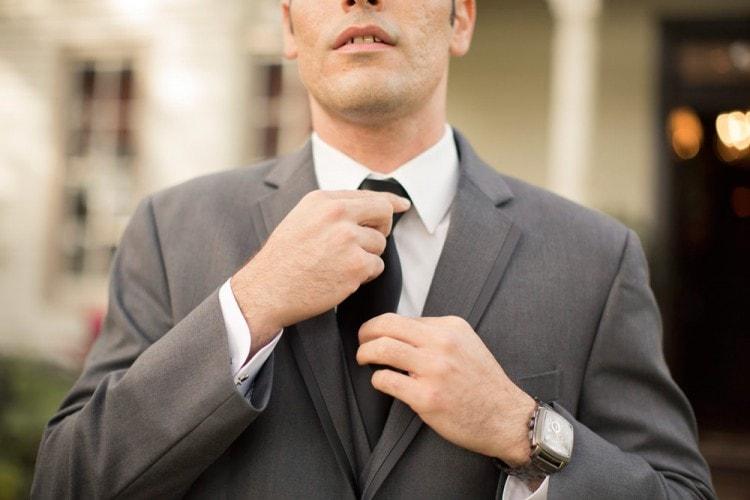 Когда мужчина поправляет галстук - это явный сигнал понравиться окружающим