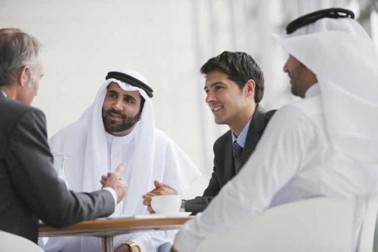 В деловых переговорах с арабами допустим юмор и разговоры о здоровье своем и близких