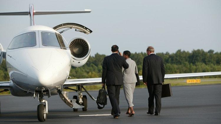 Встреча деловых иностранных партнеров в аэропорту