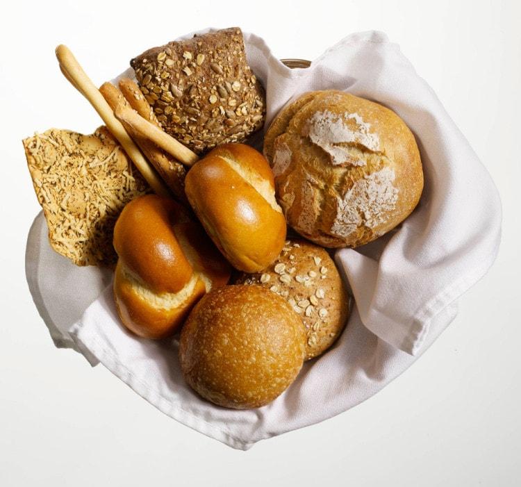 Хлеб обычно подают в корзине