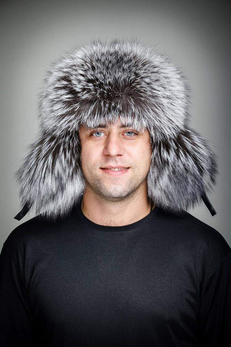 Мужчина в шапке-ушанке из меха