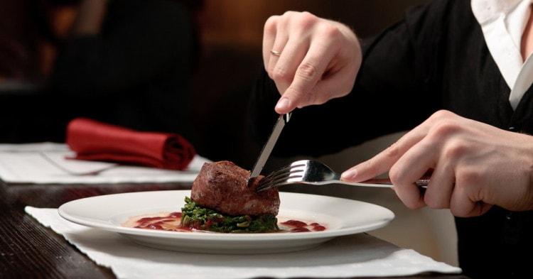 По правилам этикета, ложку и нож держат в правой руке, вилку – в левой