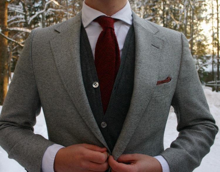 Шерстяной галстук в сочетании с кардиганом и классическим пиджаком