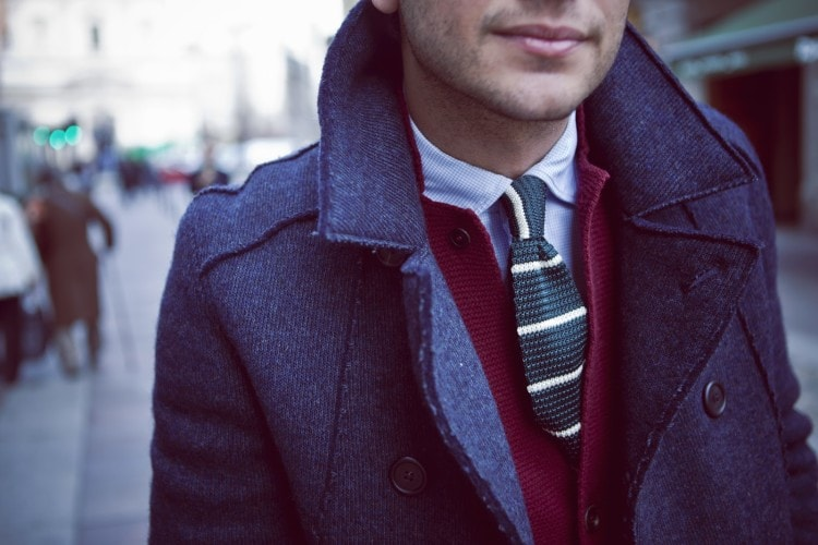 Вязаный галстук в сочетании с кардиганом и пальто