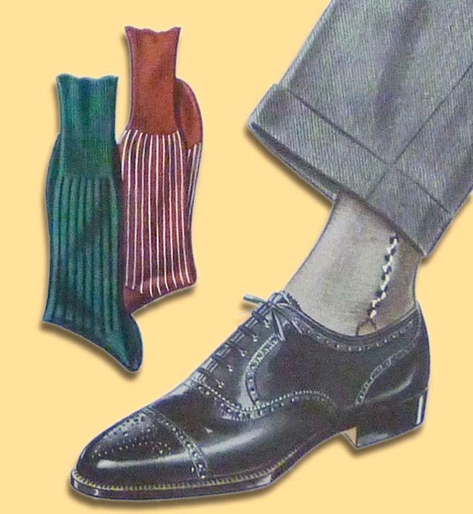 Серые носки хорошо подходят к серым брюкам и черным туфлям
