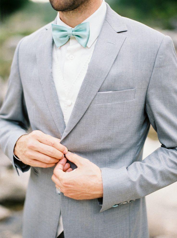 Сочетание классического серого костюма с бабочкой пастельного зеленого цвета