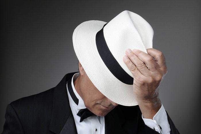 Приветствуя кого-либо, достаточно приподнять шляпу па пару сантиметров в знак уважения