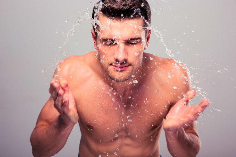 Ополаскивайте лицо холодной водой после бритья, а не горячей