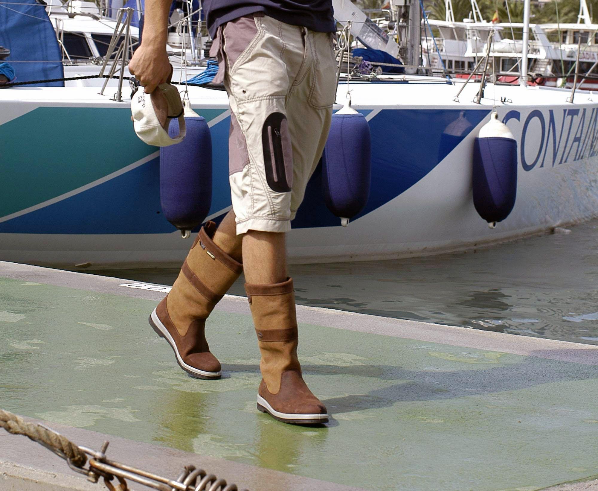 Водостойкие сапоги сохранят ваши ноги сухими в дождь или шторм