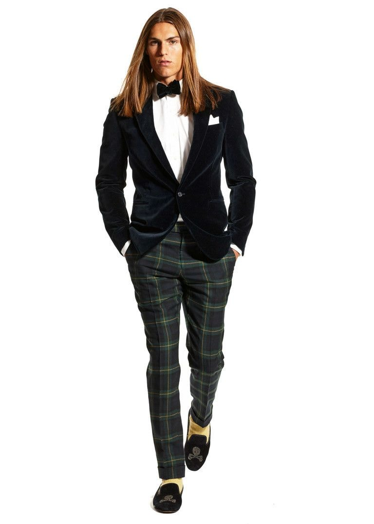 Интересное casual-решение с участием сдержанного вельветового пиджака, клетчатых брюк, подобранных по расцветке ярких носков и лоферов