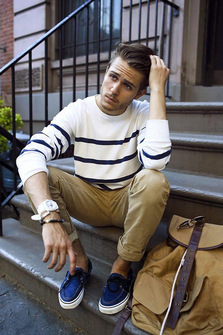 Классические мужские брюки чинос бежевого цвета, эффектный джемпер в полоску и удобные топсайдеры - гармоничное casual-решение!