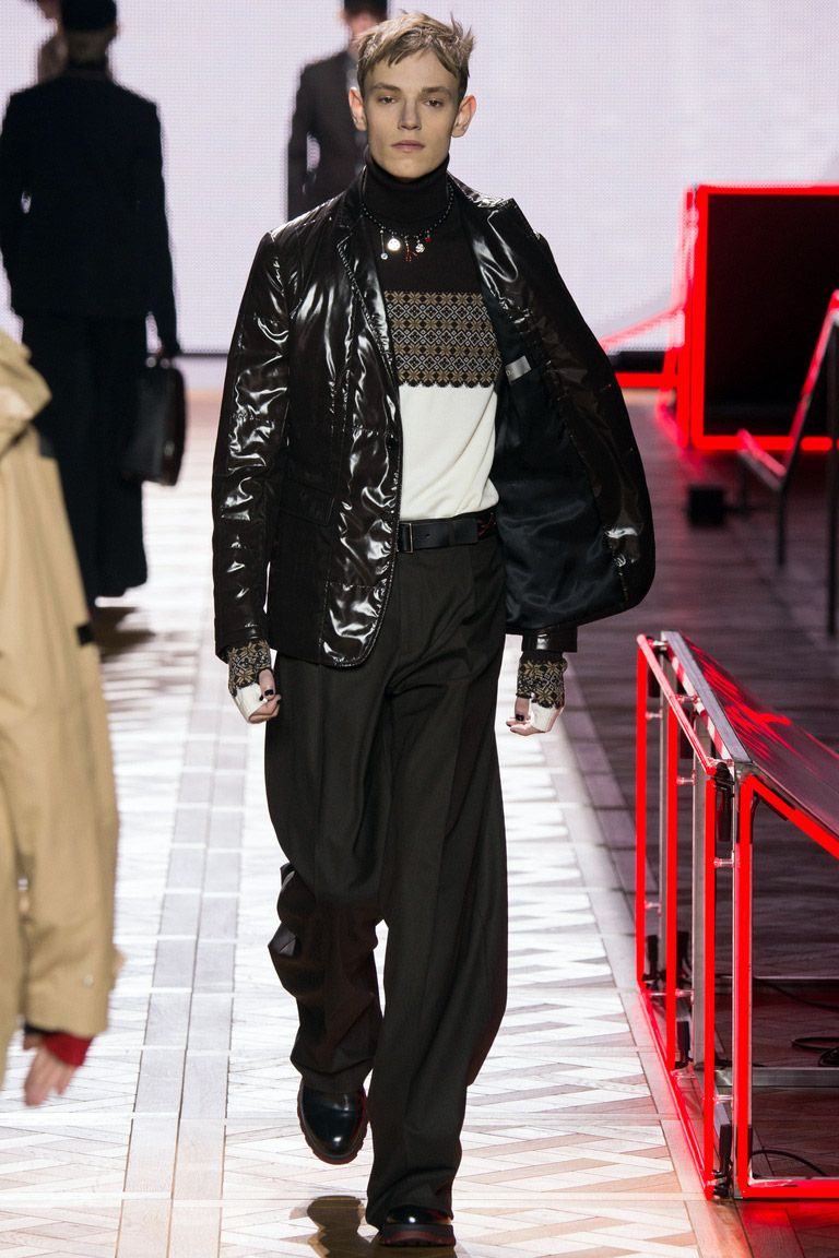 Модный дом Dior предлагает мужчинам носить свитер заправленным в брюки