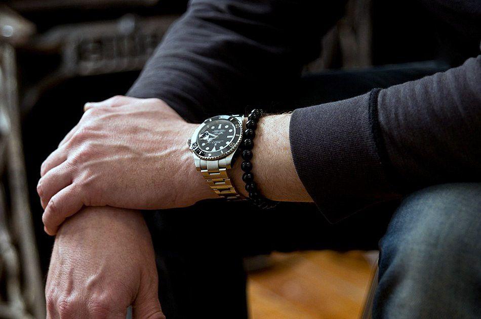 Мужские браслеты из бусин могут быть элегантными и броскими - все зависит от цвета используемых камней