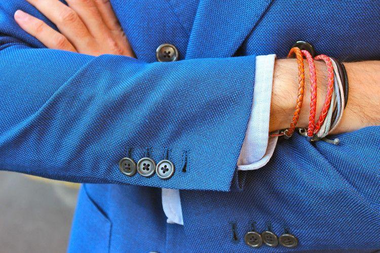 Разноцветные кожаные мужские браслеты органично сочетаются с костюмами и нарядами ярких расцветок