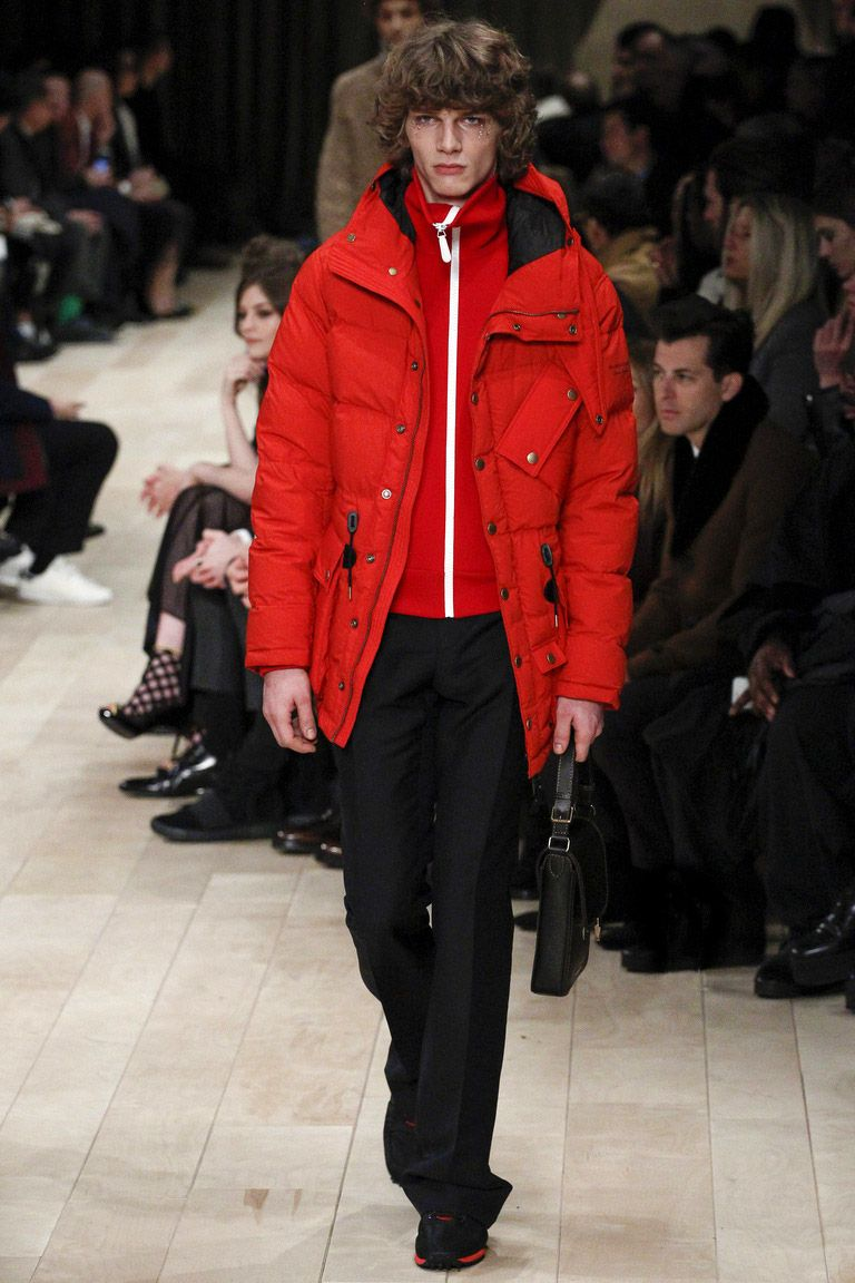 Спортивные куртка и кофта могут быть вполне органично вписаны в ансамбль с классическими брюками