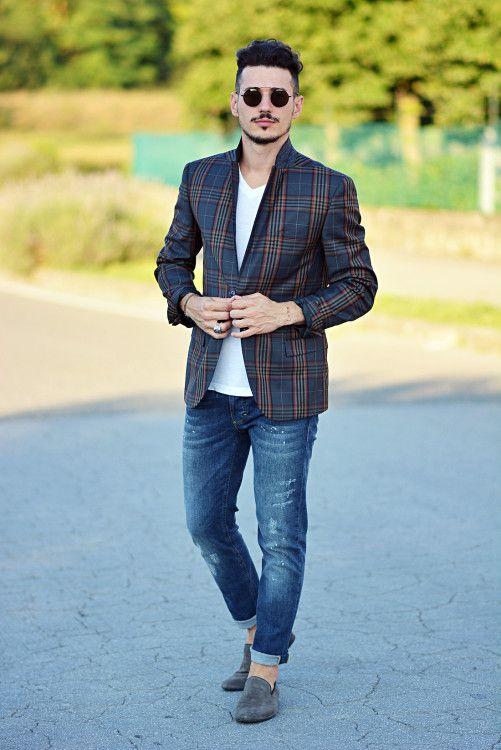 Броский smart casual комплект, состоящий из принтованного разноцветной клеткой пиджака, лаконичной футболки и потертых джинсов