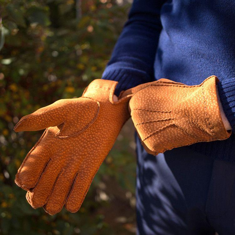 Сшитые вручную перчатки из качественной итальянской кожи разных расцветок согреют вас осенним или зимним днем и прослужат долгие годы