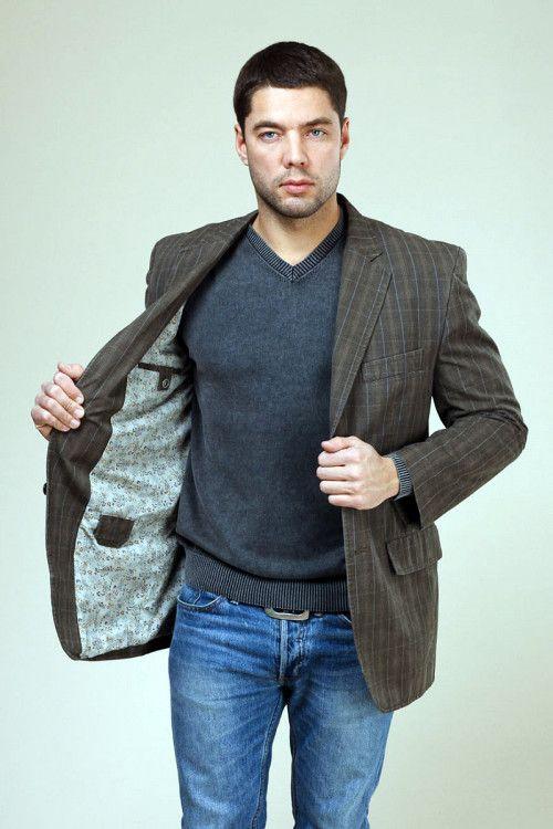 Твидовый пиджак и джемпер отлично сочетаются в комплекте с брюками из денима