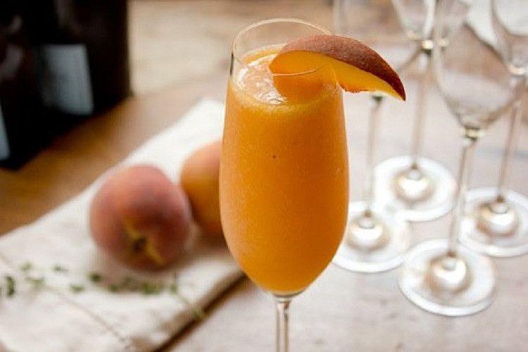 Bellini из персикового пюре, просекко и льда считается классикой среди коктейлей