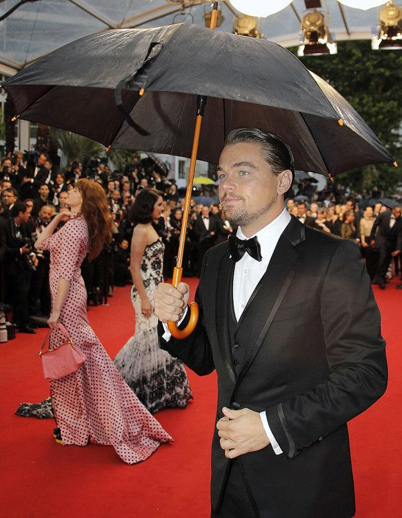 Леонардо ДиКаприо на красной ковровой дорожке - мужской зонт-трость только подчеркиевает изысканность вечернего гардероба актера