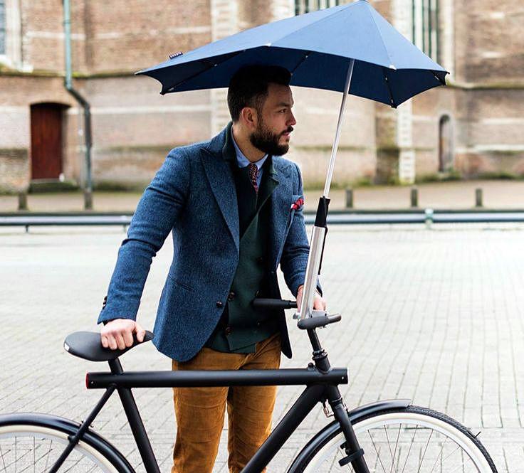 Мужской зонт от ветра сконструирован таким образом, что ему не страшен шквал с дождем