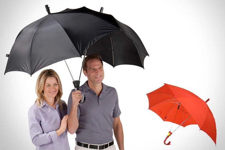 Сдвоенный, так называемый семейный зонт - отличное решение для прогулки с возлюбленной под дождем - в тесноте да не в обиде