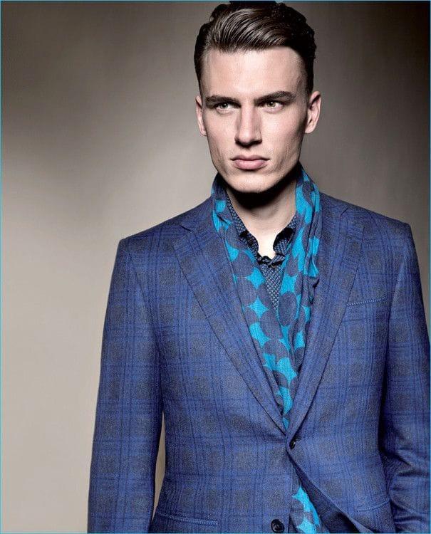 Грамотно-подобранный-по-цвету-шарф-придаст-эффектную-изюминку-сдержанному-комплекту