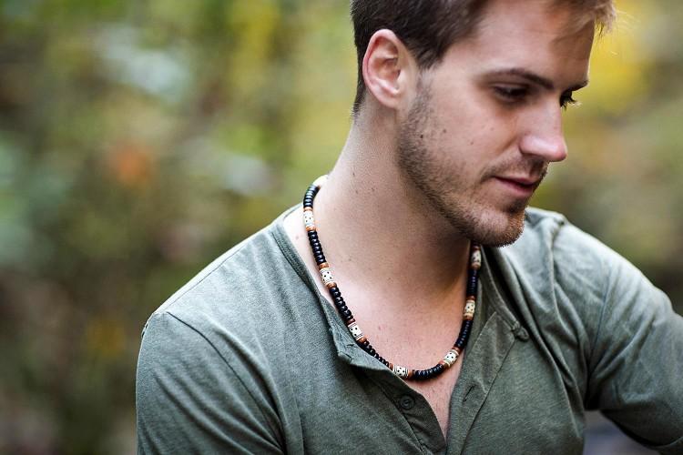 Мужское ожерелье смотрится эффектно в повседневном луке