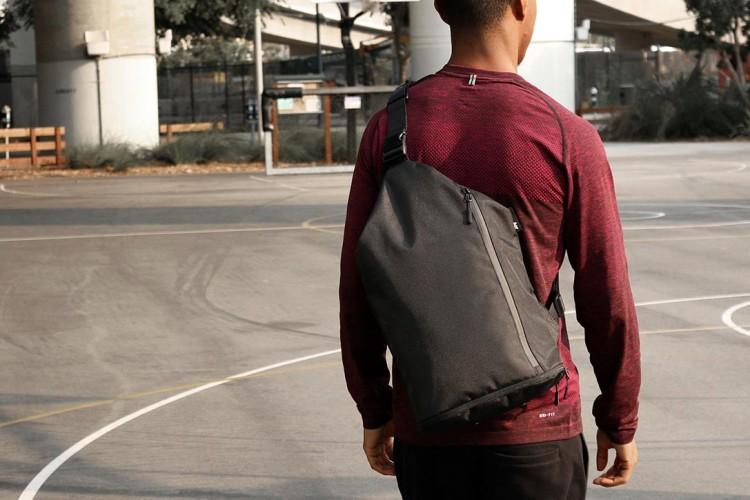 Мужской рюкзак небольшого размера отлично подойдет для спортивного или уличного стиля в одежде
