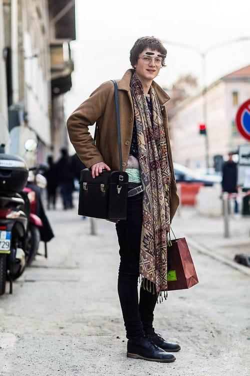 Широкие шарфы и палантины стали трендом зимнего гардероба мужчины в уличном стиле